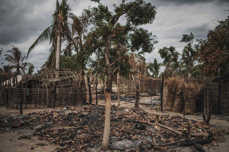 De overblijfselen van Aldeia da Paz, een dorp in het noorden van Mozambique dat in augustus vorig jaar met de grond gelijk werd gemaakt door islamitische terroristen.   Beeld AFP