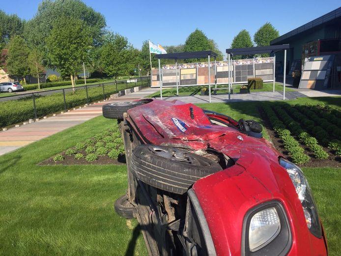 Na een frontale botsing belandde de auto in de showtuin van Peter Rasing aan De Linge in Dronten.