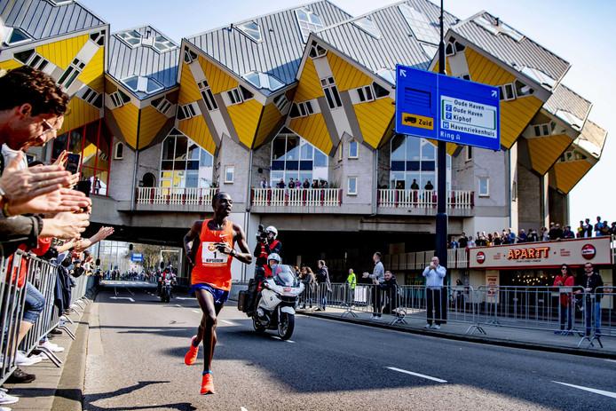 Winnaar Marius Kipserem uit Kenia tijdens de NN marathon van Rotterdam.