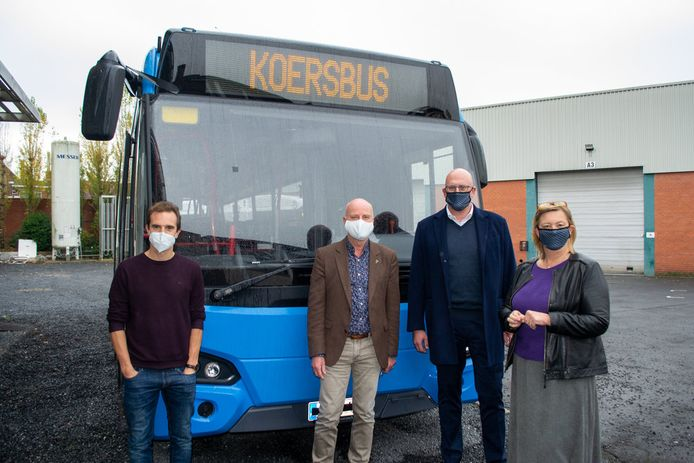 KOERS-conservator Thomas Ameye, schepen José Debels en Filip Malefason en Katrien De Bondt van VDL bij de nieuwe KOERSbus.