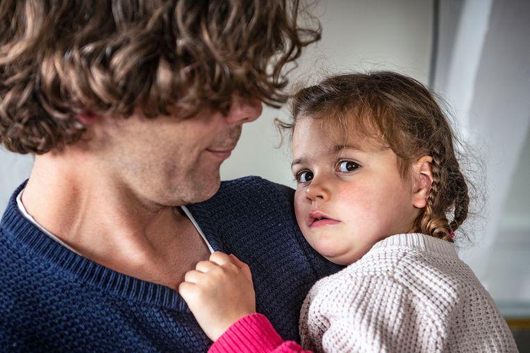 Rogier Marius met zieke dochter, dus niet naar de crèche. Beeld  Guus Dubbelman / de Volkskrant