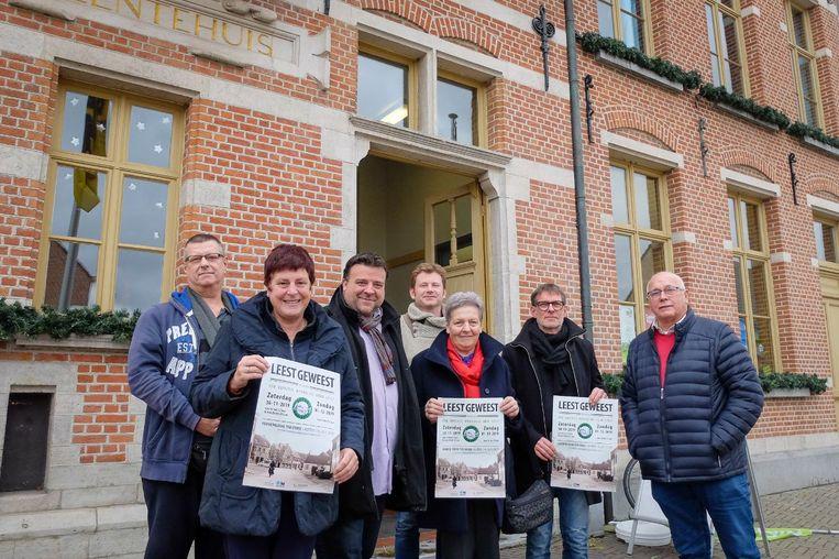 Een deel van de kern van Leest Geweest, samen met schepen van Sociale Cohesie Björn Siffer en dorpsmanager Geert Laarmans.