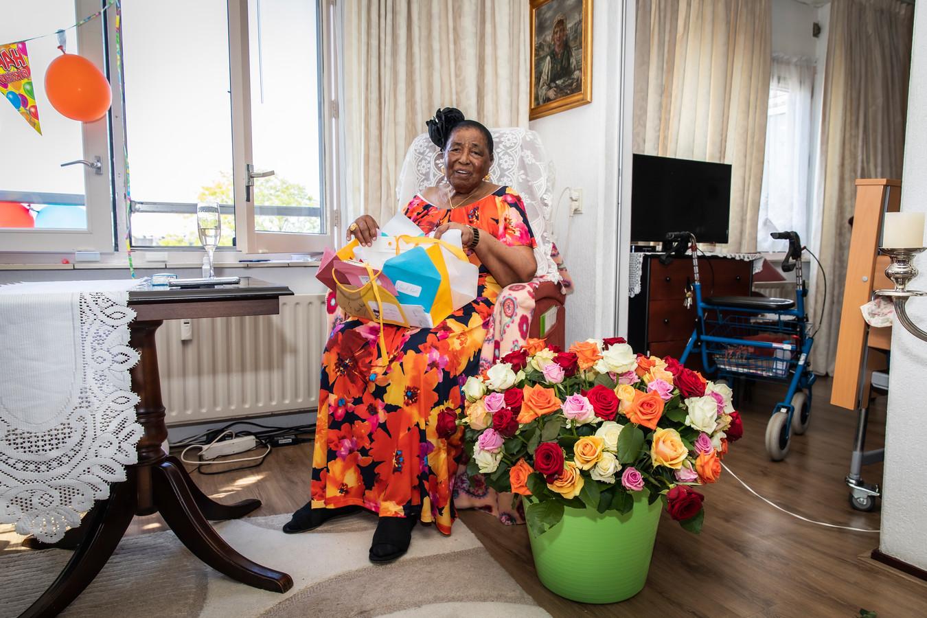 Oma Roosje kreeg een boeket met 105 rozen.