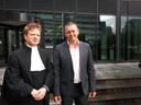 Voormalig jongensprostituee Bart van Well (rechts) met zijn advocaat Martin de Witte voor de rechtbank in Amsterdam.