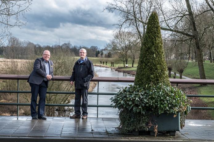 Gerard Cloin (l.) en Harry van de Bogaert op de Niersbrug in Gennep.
