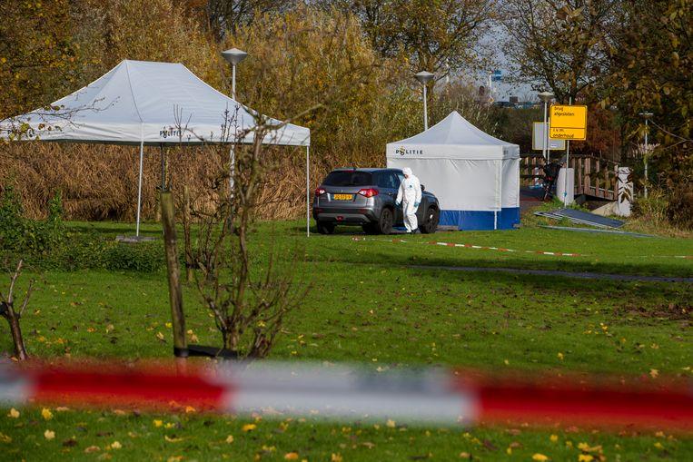 Politieagenten doen onderzoek nadat een vrouw in Amsterdam-Zuidoost om het leven was gekomen. Beeld ANP