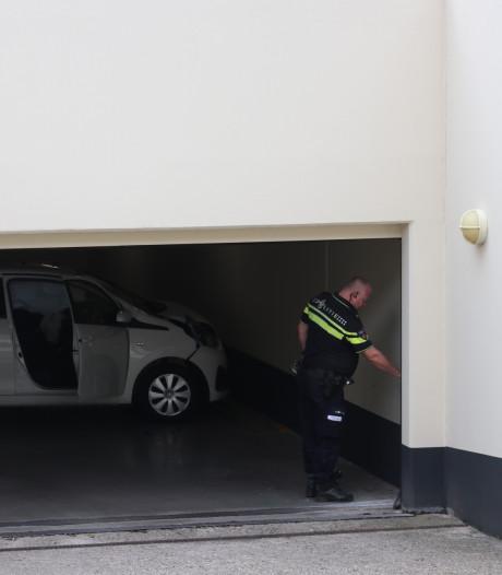 Brandweer trekt beknelde vrouw uit auto na botsing tegen muur in Apeldoornse parkeergarage