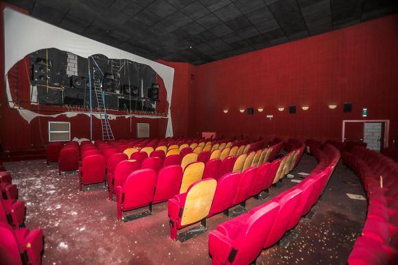 De filmzaal wordt volledig uitgebroken.