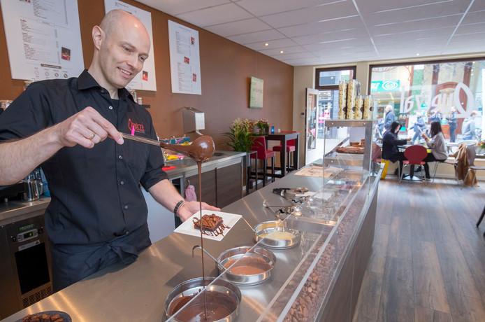 Henk van der Meijden tovert in zijn chocoladebar met chocolade.