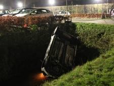 Auto belandt op de kop in sloot Geldermalsen