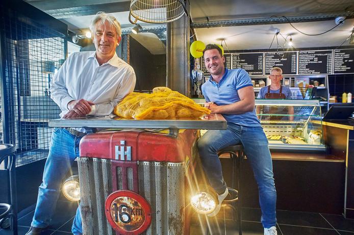 Ton Verhoeven (links) en compagnon Guus Haan in friettent Pieperz in Eerde.