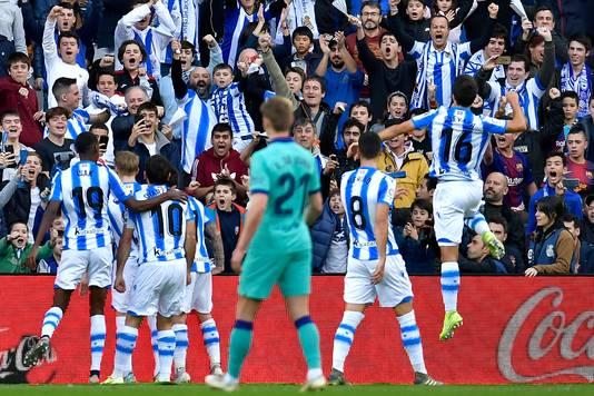 Real Sociedad viert de 1-0. Frenkie de Jong kijkt toe.