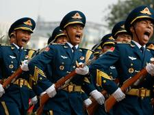 Chinese leger zit in zijn maag met masturberende zware jongens