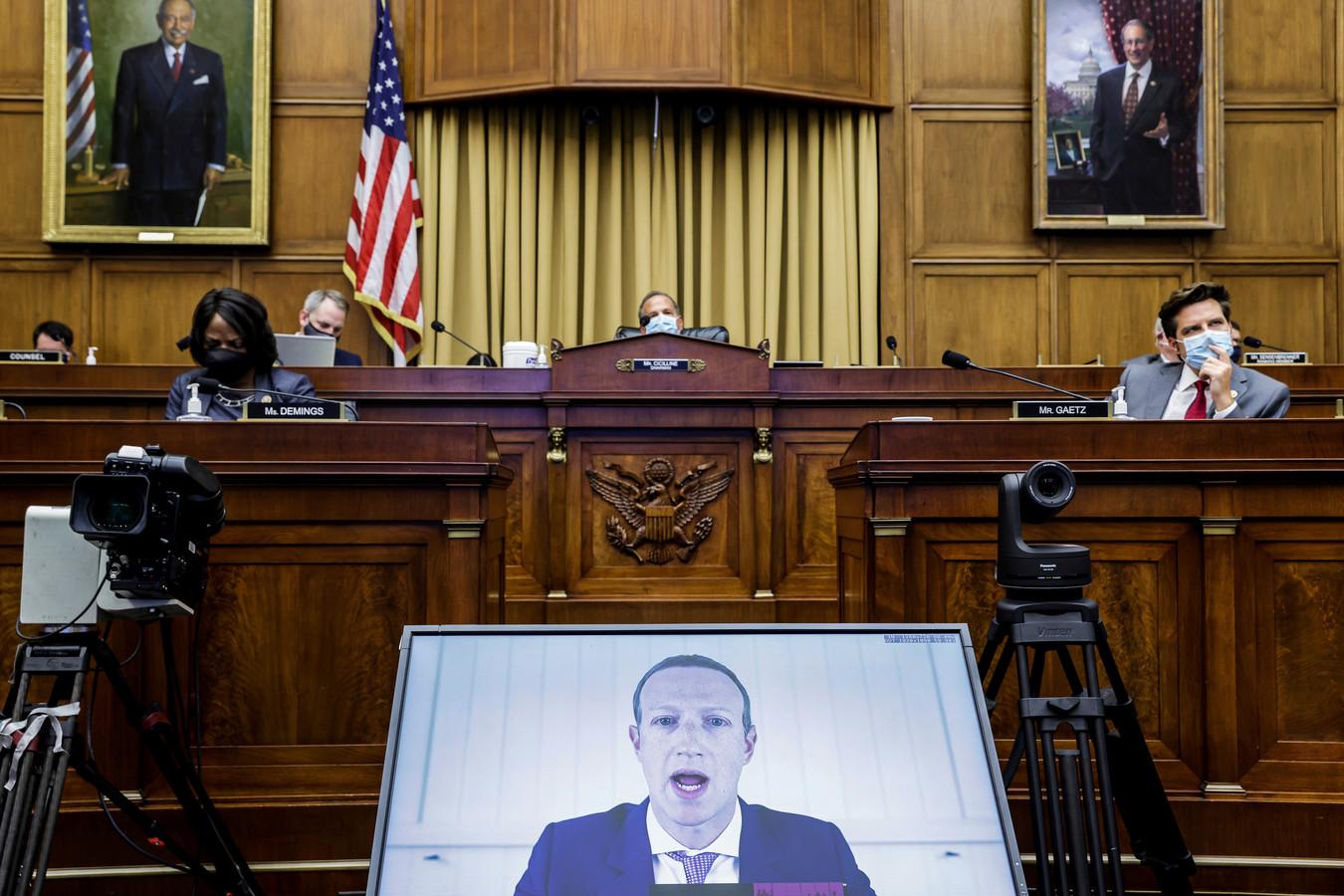 Mark Zuckerberg aan het woord via een videoverbinding.