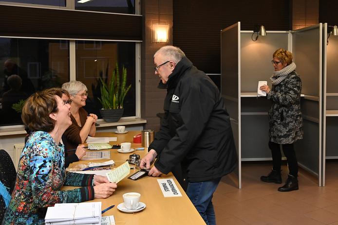 Inwoners van Mill brengen hun stem uit in wijkcentrum De Wester in Mill.
