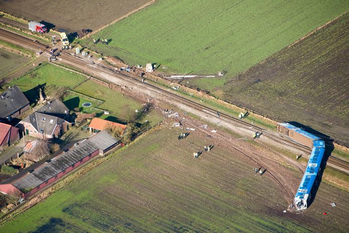 Luchtfoto van het treinongeluk in Dalfsen. Een passagierstrein botste daar op 23 februari tegen een overstekende hoogwerker.