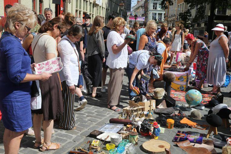 Veel volk op de rommelmarkt tijdens de Patersholfeesten.