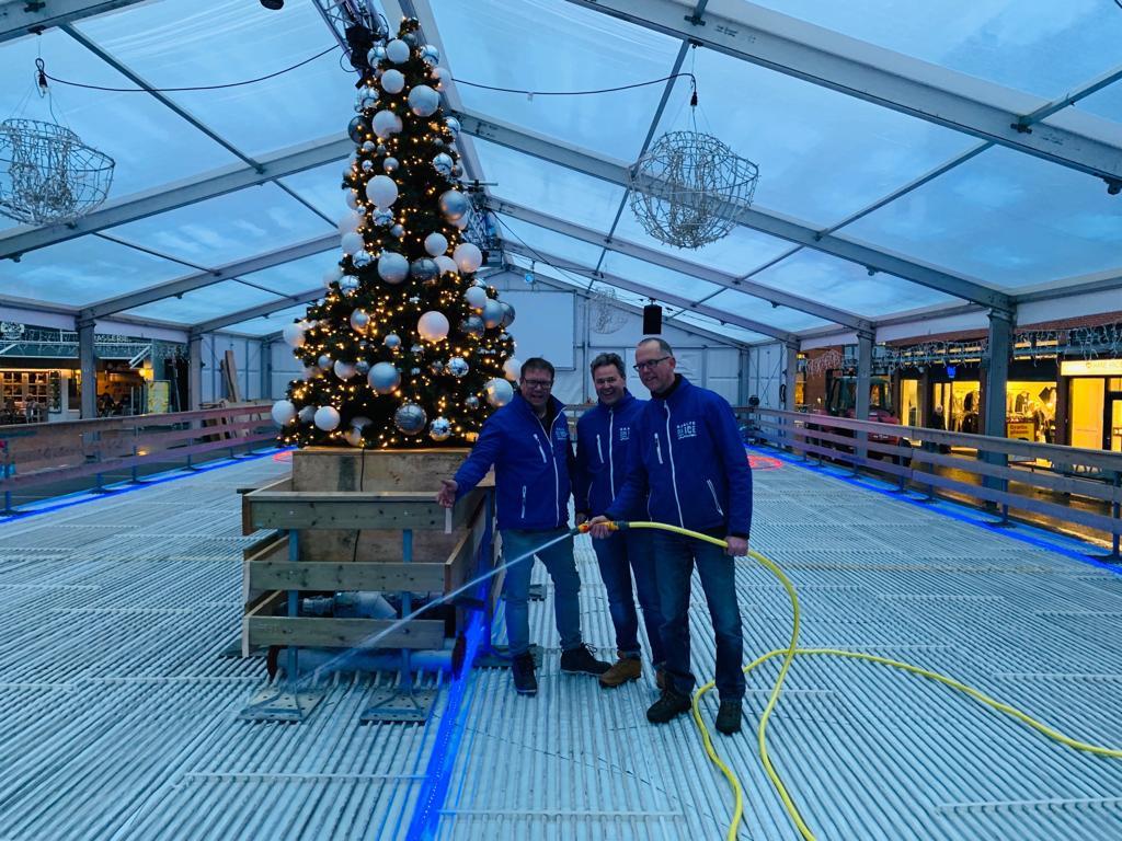 De stichting Raalte on Ice is begonnen met de bouw van een schaatsbaan in het centrum van het dorp.