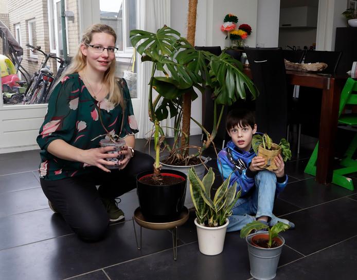 Sabrina Jansen en haar zoon Alex doen aan opvang van kamerplanten in hun plantenasiel.