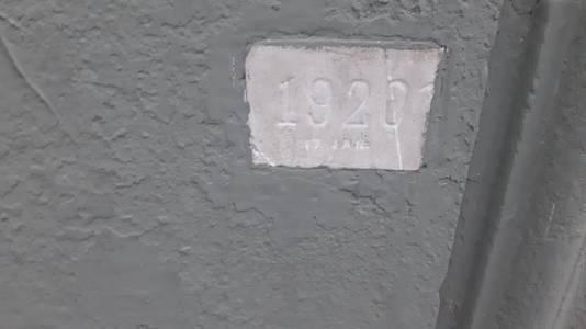 Deze gedenksteen aan een huis aan de Maasstraat in Cuijk herinnert aan de watersnoodramp van 1920.