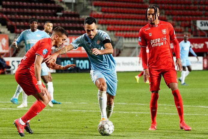 Eran Zahavi (m) ging tegen FC Twente te vaak voor eigen succes.