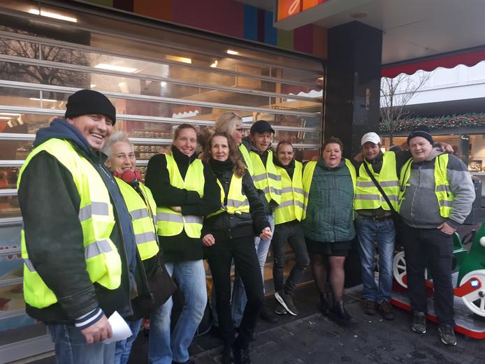 Leden van de Gele Hesjes afdeling Enschede demonstreerden zaterdag op het Ei van Ko.