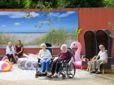 Strandje in verpleeghuis Eindhoven: Hitte is een kwestie van rustig aan doen