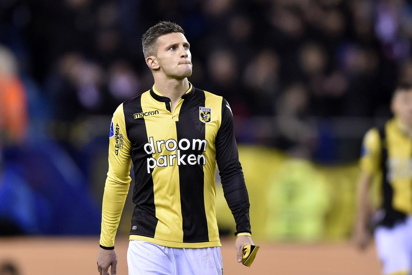 Droomparken stond prominent op het shirt bij Vitesse in het seizoen 2018-2019. Hier Bryan Linssen.