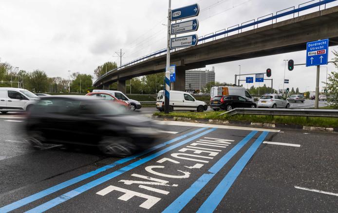 Op het wegdek wordt in tekst het begin van de milieuzone weergegeven. In dit afgebakende gebied mogen alleen auto's rijden die aan bepaalde uitstooteisen voldoen.