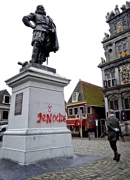 Het bekladde beeld van Jan Pietersz Coen in Hoorn.