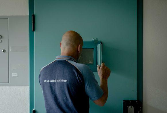 Een cipier aan een gevangeniscel in het Nederlandse Vught.