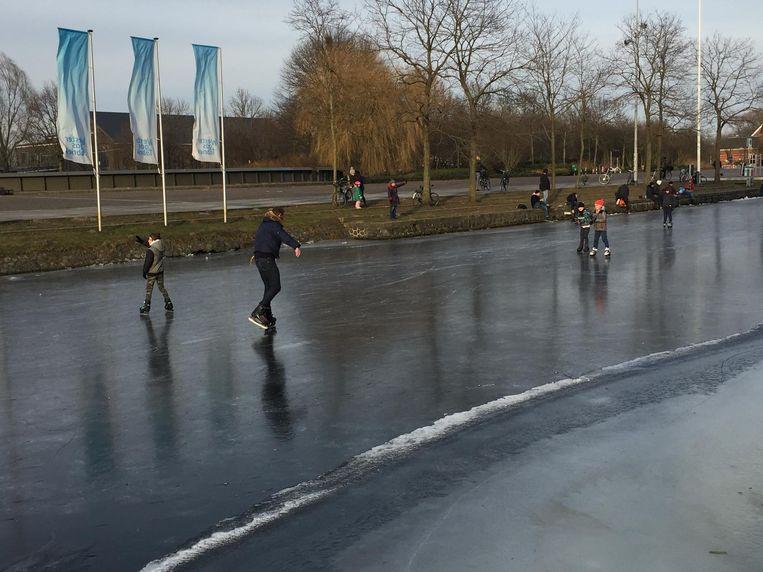 Sommigen probeerden een rondje op het ijs Beeld Jan 't Hart