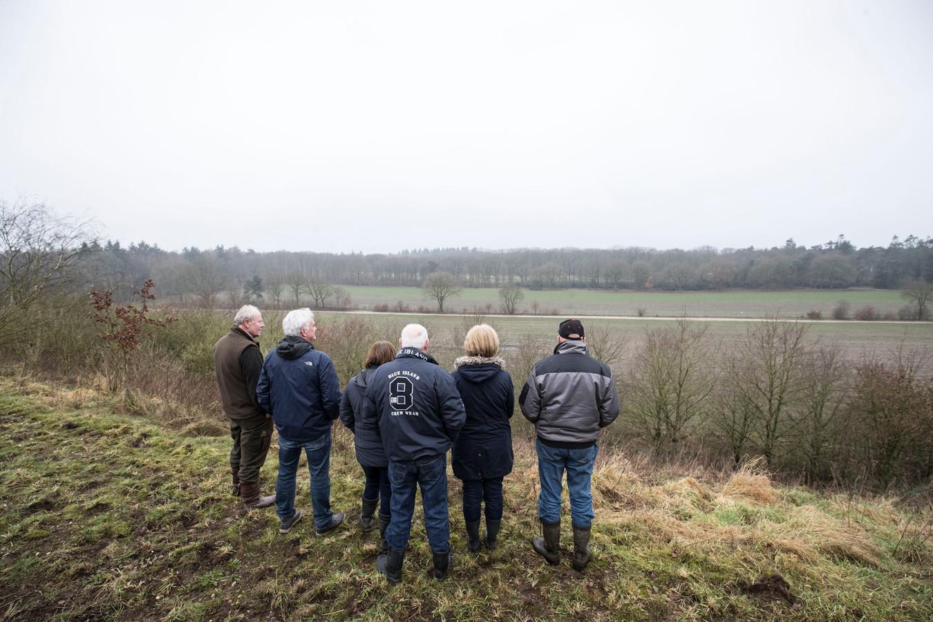 Buurtbewoners van de voormalige vuilnisbelt in Wekerom maken zich zorgen om het vervuilde water op de belt.