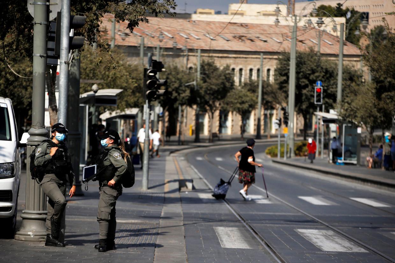 Israëlische grenspolitie staat aan een hoofdweg in het centrum van Jeruzalem.