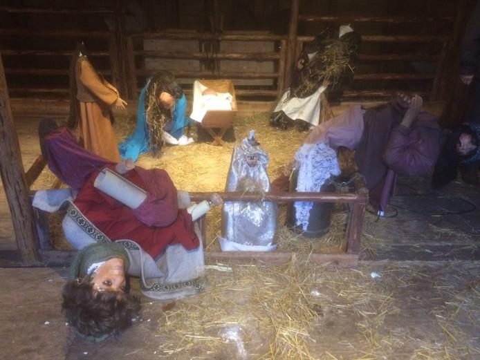 De vernielde beelden in de kerststal.