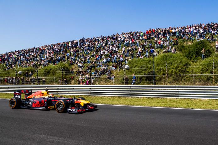 Max Verstappen in 2017 tijdens een demonstratie in zijn Red Bull Racing Formule 1-auto bij de Jumbo Familie Racedagen op Zandvoort.