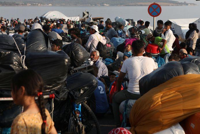 Vrijdagochtend stonden honderden mensen alweer te wachten voor de poorten van het nieuwe kamp.
