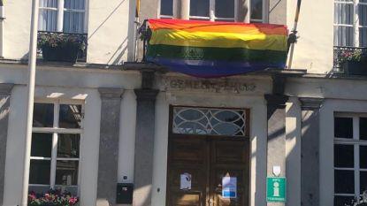 Regenboogvlag siert het gemeentehuis als steun voor Holebi-gemeenschap