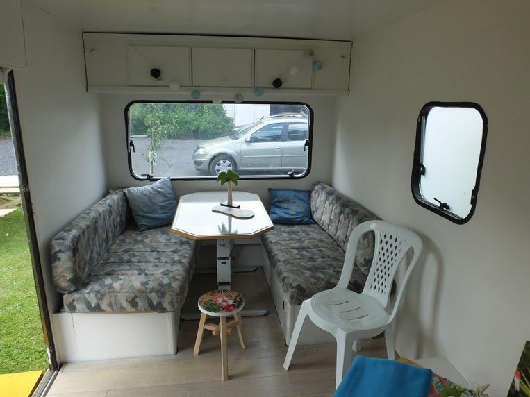 Een oude caravan werd opgebouwd tot rustige zithoek.