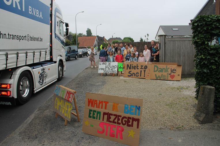 De buurt organiseerde een straatontbijt en plaatste borden tegen het vele sluipverkeer en de snelheid in de straat.