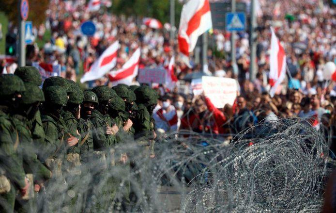 Politie en demonstranten tegenover elkaar in Minsk.