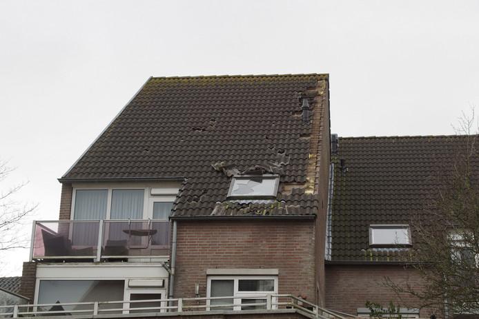 Dakpannen waaien weg van gebouwen in Kaatsheuvel.