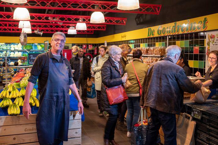 Jan van Brakel in zijn groentehal de Goudreinet in winkelcentrum Tarthorst in Wageningen die hij al 41 jaar runt.