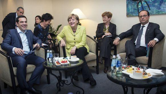 De Griekse premier Tsipras, Angela Merkel en François Hollande bij eerder overleg in mei.