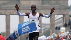 Kipchoge wint marathon van Berlijn maar grijpt naast wereldrecord