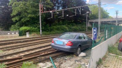 Bestuurder rijdt zich klem op treinsporen in Jette