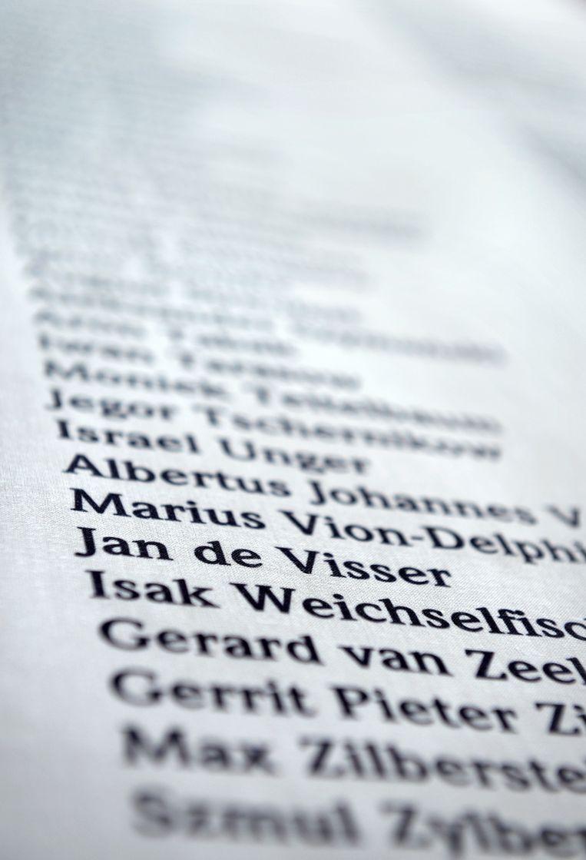 De naam van Jan de Visser op de lijst met slachtoffers van het kamp Neuengamme. Beeld Marcel van den Bergh