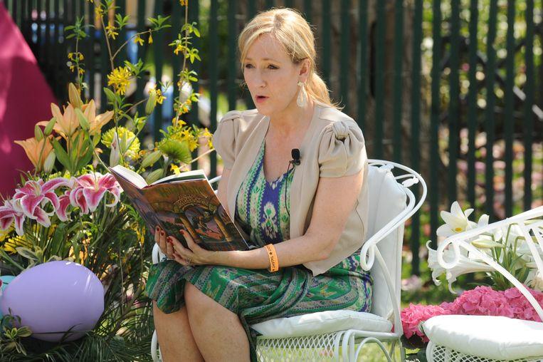 J.K. Rowling leest voor uit een Harry Potter-boek.