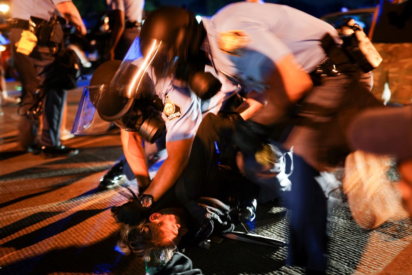 De man die vrijdagavond overleed, de 27-jarige Rayshard Brooks, verzette zich tijdens zijn arrestatie die volgde na een alcoholtest waaruit bleek dat hij te veel had gedronken.