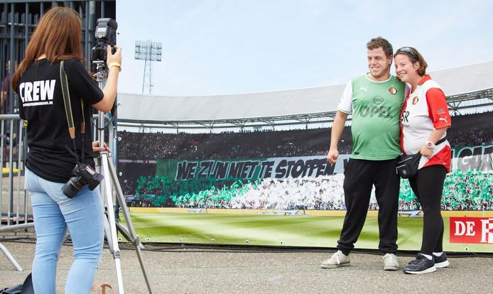 Bezoekers gaan op de foto bij een afbeelding van supportersvereniging FSV De Feijenoorder, die tijdens het kampioensjaar veel lof oogstte met sfeeracties.